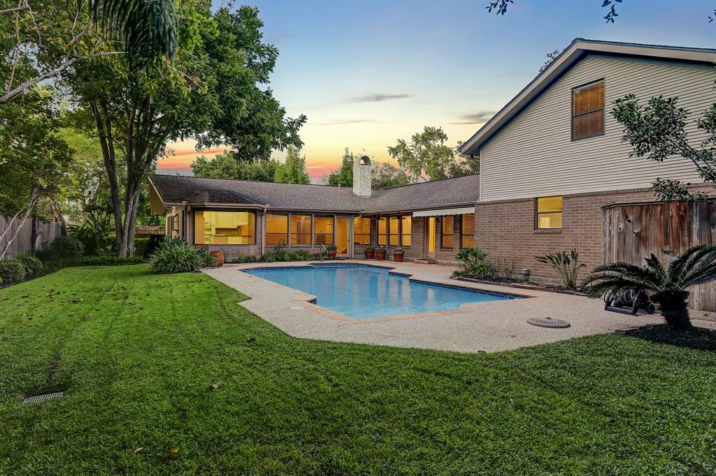 Another view of the exceptional BACKYARD of 5003 Palmetto.  Come see this special home on beautiful Palmetto Street in Bellaire!