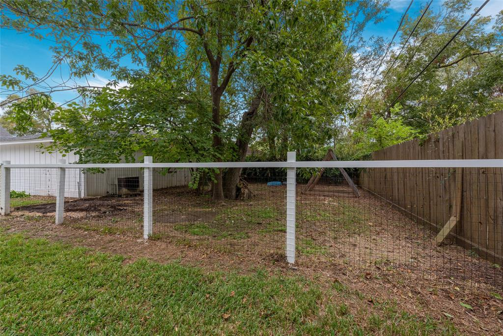 Part of the yard is fenced separately, and is perfect for pets.
